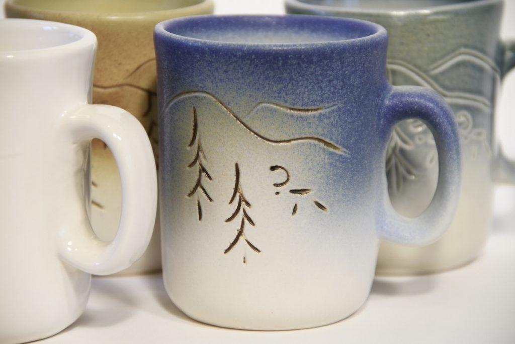 Tunturissa tuulee kahvikuppi eri värejä